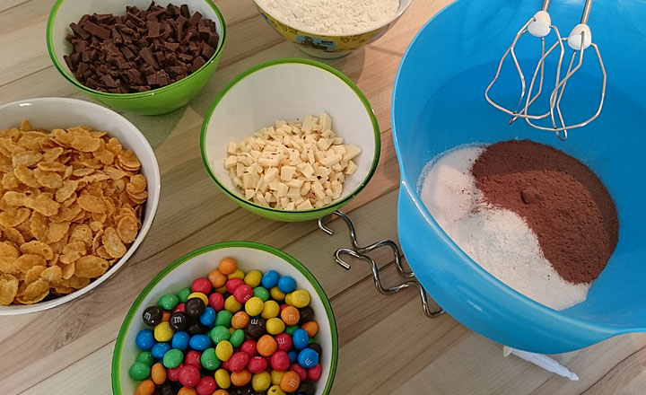 schoko-cookies-mit-bunten-schokolinsen-zutaten-auswahl